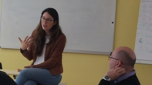 Romina Plonsker im Gespräch mit Schülerinnen